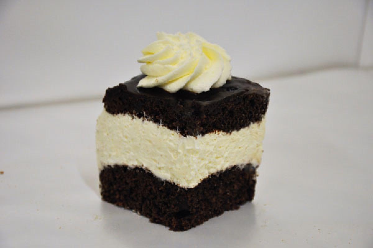 WZ, cisato czekoladowe przełorzone bitą śmietaną