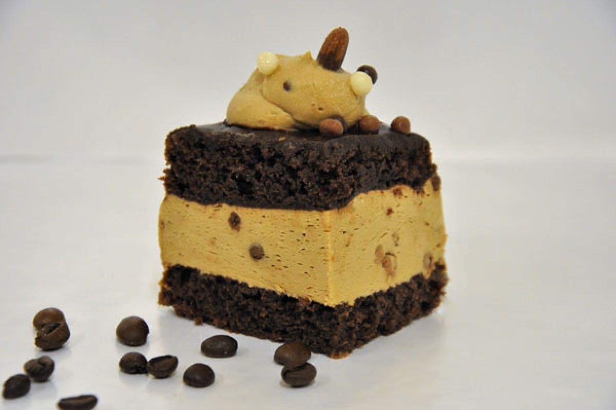 WZ kawowa, ciasto czekoladowe przełożone puszystą śmietaną o smaku kawy