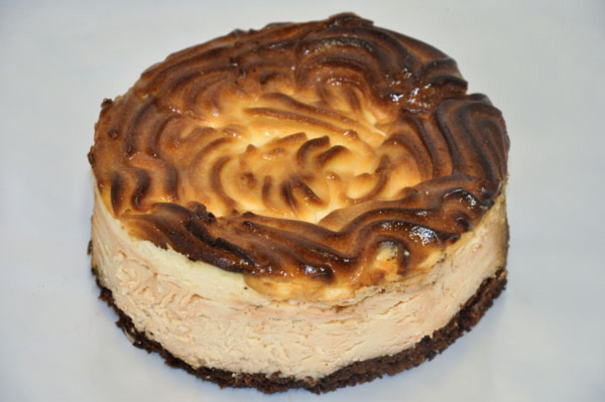 sernik okrągły, klasyczny sernik na cieście czekoladowym