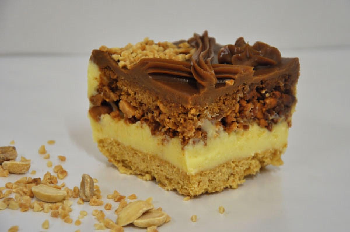 snickers, ciasto miodowe z budyniem, orzechami i karmelem
